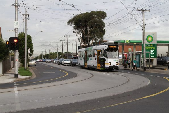 Z3.154 on route 55 waits to turn from Dawson Street into Grantham Street in Brunswick West