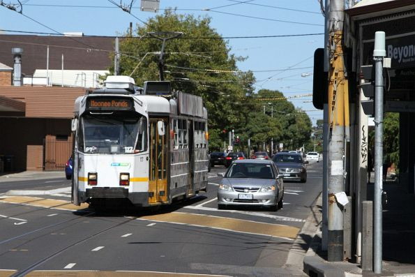 Z3.117 heads north on route 82 at Moonee Ponds Junction