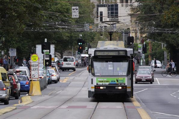 B2.2132 crosses Victoria Parade, headed north on Nicholson Street with a route 96 service