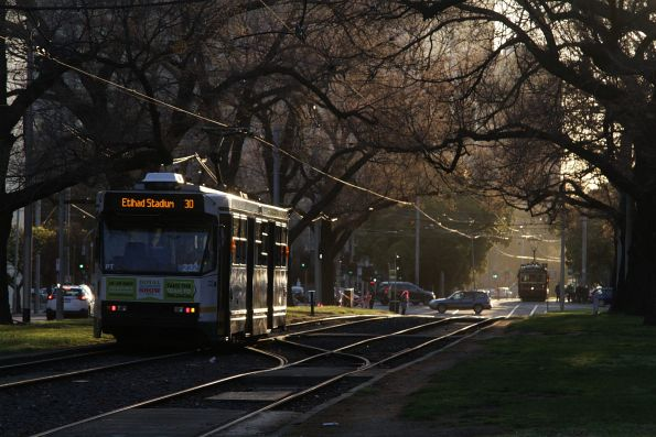 A1.232 heads west with a route 30 service along Victoria Parade