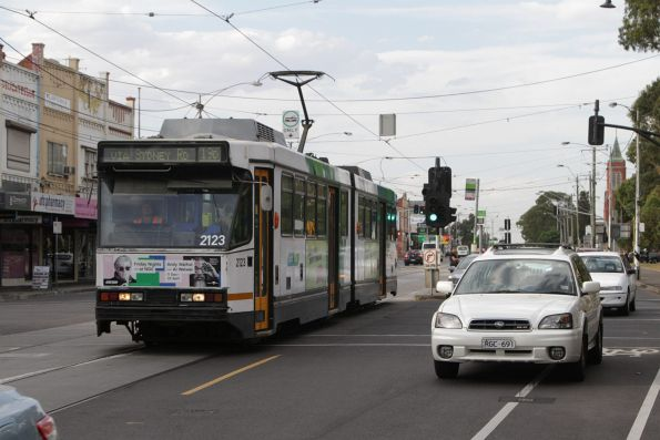 B2.2123 heads south on route 19 at Sydney Road and Bell Street