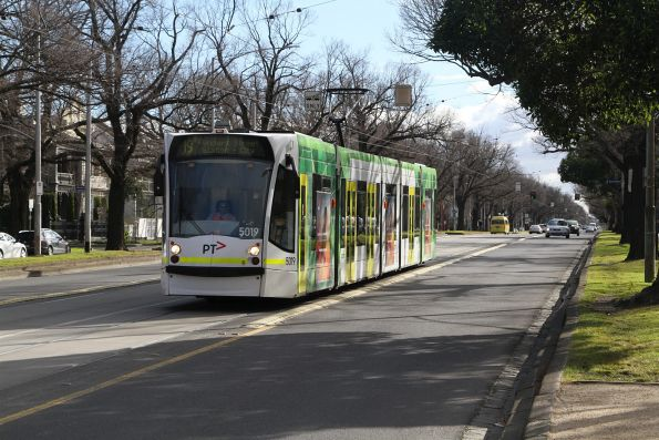 D2.5019 heads south on route 19 along Royal Parade