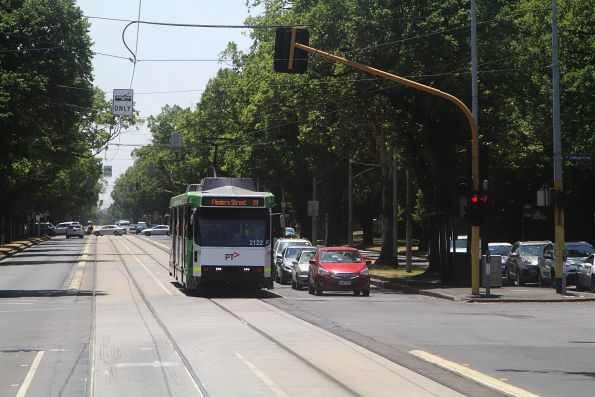 B2.2122 heads south on route 19 at Royal Parade and College Crescent