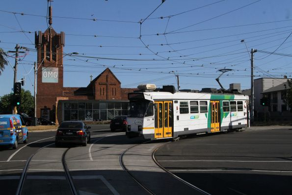 Z3.124 turns from Dandenong Road into Glenferrie Road