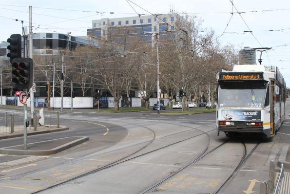 B2.2032 heads north on route 3 at St Kilda Road and High Street