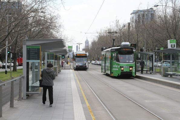 Z3.160 advertising 'Groupon' heads south on route 5 at St Kilda Road and High Street