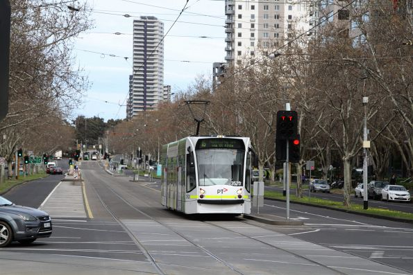 D1.3520 heads north on route 16 at St Kilda Road and High Street