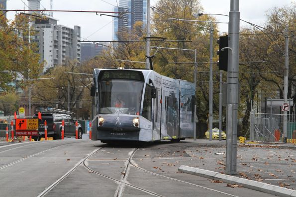 D1.3537 advertising 'Peugeot' heads south on route 58 at St Kilda Road and Toorak Road