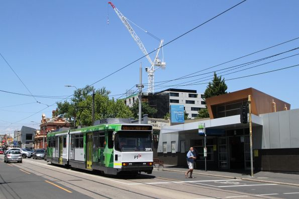 B2.2091 heads west on route 67 at Elsternwick station