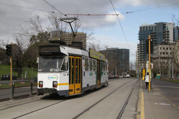 Z3.162 heads south on a route 8 service along St Kilda Road opposite the Shrine