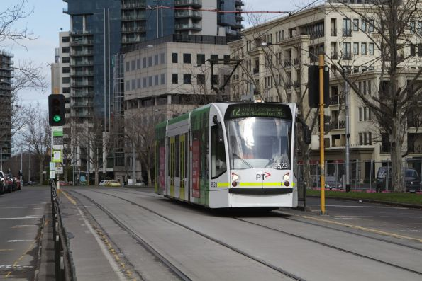 D1.3523 heads north on a route 72 service along St Kilda Road opposite the Shrine