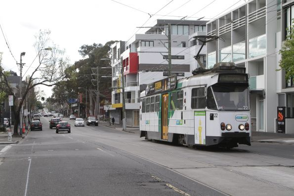 Z1.22 citybound on route 6 along High Street arrives at Prahran station