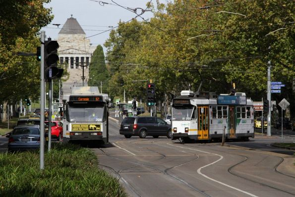 Z3.213 on route 1 turns from Southbank Boulevard into St Kilda Road