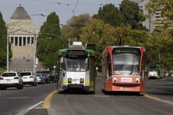 Z3.184 and D1.3517 cross paths on St Kilda Road outside the Shrine