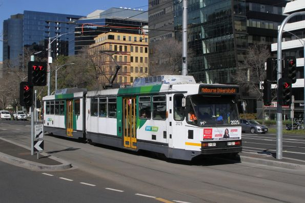 B2.2025 heads north on route 64 at St Kilda Road and Toorak Road