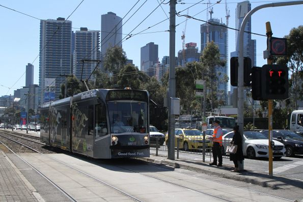 D1.3506 advertising 'Woolworths Metro' heads south on route 58 at Kings Way and Sturt Street