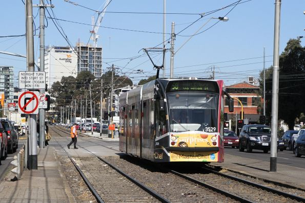 D1.3529 advertising 'Masterchef' heads north on route 58 at Kings Way and Sturt Street