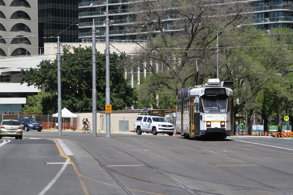 Z3.187 on route 58 waits to turn from St Kilda Road into Park Street