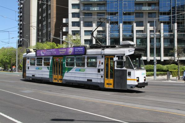 Z3.193 heads north on route 67 at St Kilda Road and Park Street
