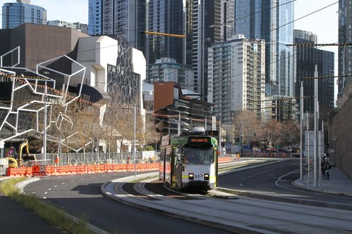 Z3.171 heads east on route 1 along Southbank Boulevard