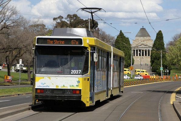 B2.2037 advertising 'Cebu Pacific' heads south on route 67a at St Kilda Road and Grant Street