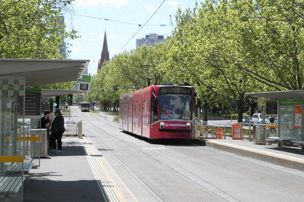 D2.5005 advertising 'Powershop' heads south on route 6a at St Kilda Road and Grant Street