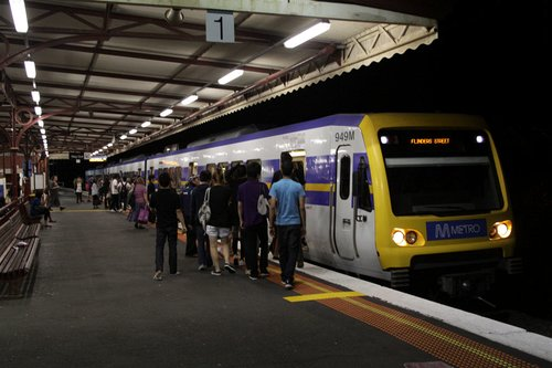 3-car X'Trapolis lead by 949M stops for passengers at Glenferrie