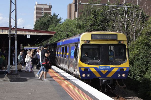 EDI Comeng arrives into Glenferrie on the up