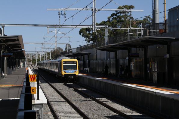 X'Trapolis train arrives into Gardiner station on a down Glen Waverley service