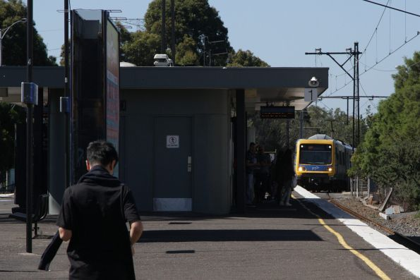 X'Trapolis 6M arrives into Glen Iris station on the up