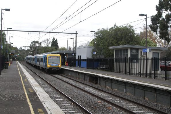 X'Trapolis train arrives into Darling on an up Glen Waverley service