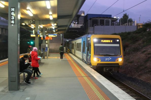 X'Trapolis 989M arrives into Nunawading on the up