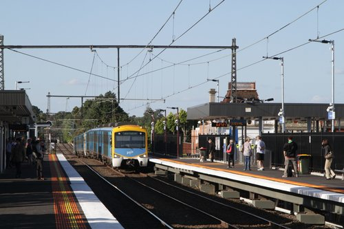 Siemens train arrives into Balaclava station on a down Sandringham service