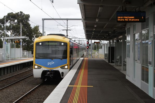 Siemens train arrives into Westall with a down Pakenham service