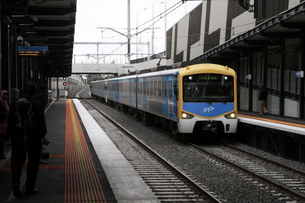 Siemens train arrives into Springvale with an up service