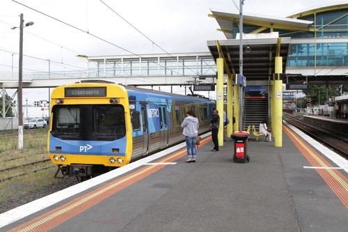 Comeng 409M arrives into Dandenong platform 3 with a down Cranbourne service