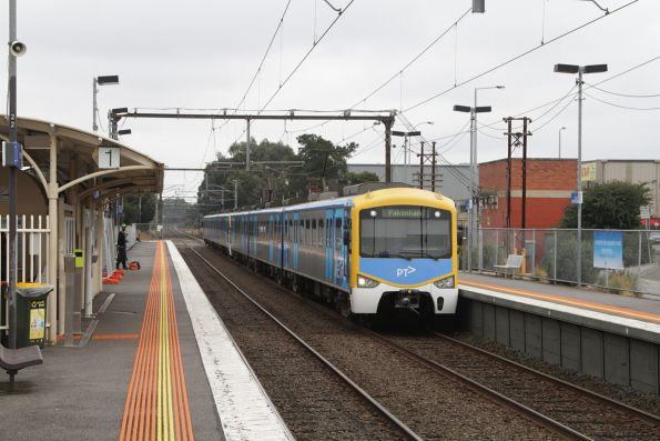 Siemens 786M arrives into Hallam with a down Pakenham service