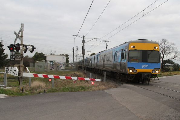 Alstom Comeng at Evans Road, Merinda Park on an up Cranbourne service