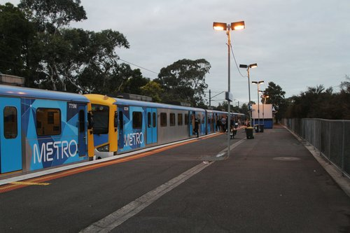 Siemens train pauses at Merinda Park on an up Cranbourne service