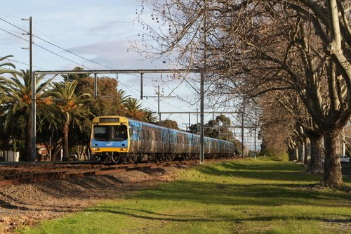 EDI Comeng on an up Frankston service approaches Glenhuntly station via the centre track