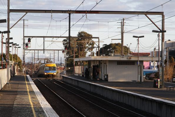 Alstom Comeng arrives into Ormond station on an up Frankston service