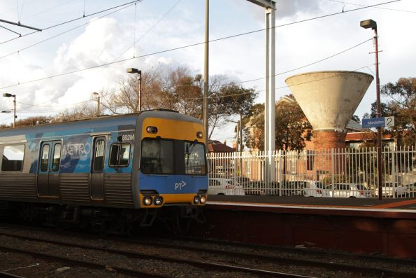Alstom Comeng 692M pauses at Mordialloc with a down Frankston service