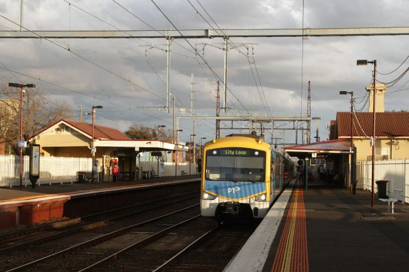 Siemens train arrives into Mordialloc with an up Frankston service