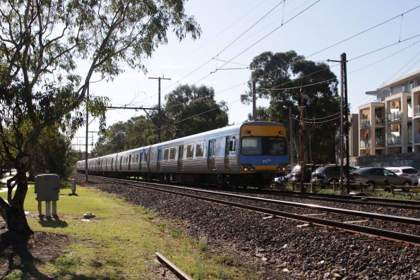 Alstom Comeng arrives into Hughesdale station on a down service