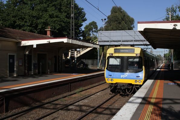EDI Comeng arrives into Murrumbeena station on the up