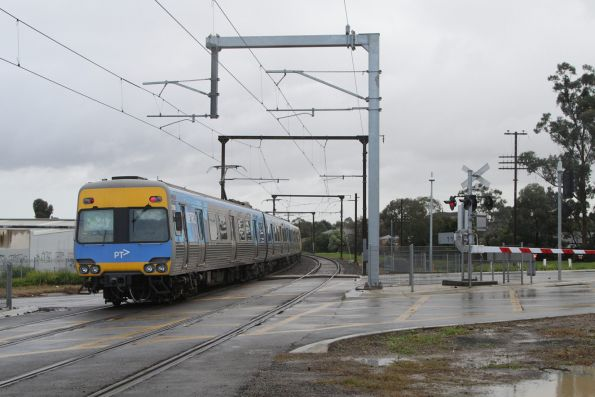 Comeng trail departs Berwick station with an up Pakenham service