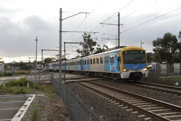 Siemens 748M arrives into Berwick with a down Pakenham service