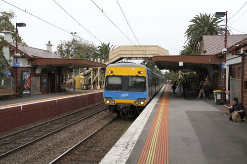 Citybound Comeng train arrives into Ripponlea station
