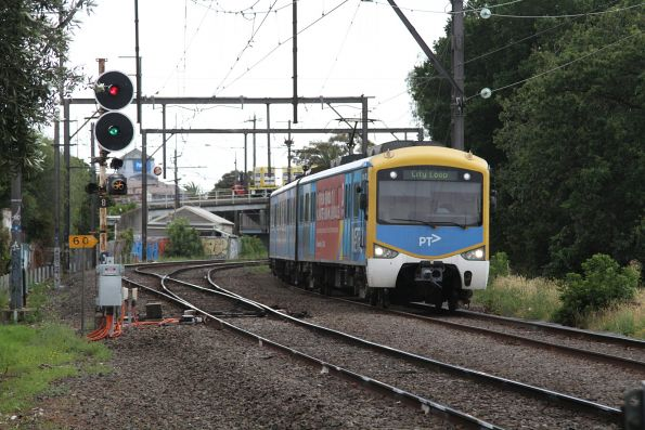 Siemens train departs Oakleigh on the up