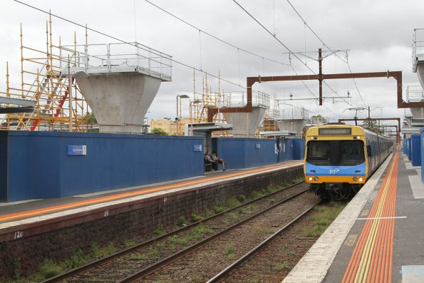 EDI Comeng train arrives into Murrumbeena station on the down